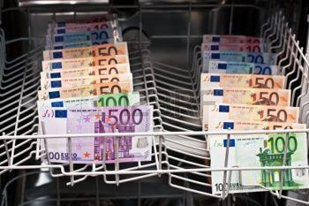 16299382-riciclaggio-di-denaro-con-banconote